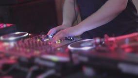 男性DJ递混合的轨道,演奏音乐,扭捏控制 股票录像