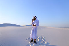 男性Emirati设计师完成建筑的勘址坐 图库摄影