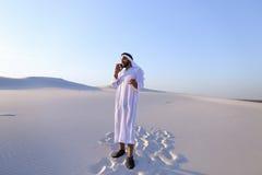男性Emirati设计师完成建筑的勘址坐 免版税图库摄影