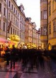 男性Namesti街在往日落的布拉格 库存照片