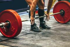 男性powerlifter为deadlift做准备 免版税图库摄影