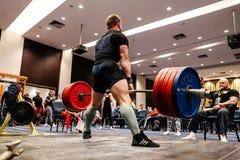 男性powerlifter尝试在体育健身房的一deadlift 图库摄影