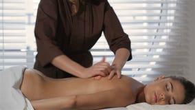 男按摩师按摩女性客户在美容院 股票视频
