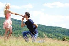 男朋友亲吻女孩现有量 免版税库存照片