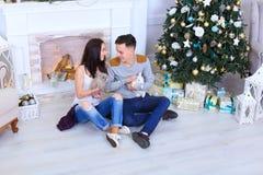 男朋友和女朋友为与兔宝宝和笑的照相机摆在 免版税库存图片