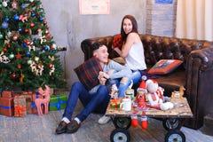 男朋友和女朋友为照相机,笑和唬弄摆在 库存图片
