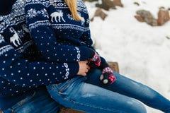 男朋友和女朋友移动的生活方式、宁静和沉思在一个冷的冬天假期 森林本质星期日冬天 夫妇年轻人 免版税库存照片