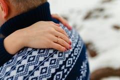 男朋友和女朋友移动的生活方式、宁静和沉思在一个冷的冬天假期 森林本质星期日冬天 夫妇年轻人 库存图片