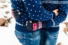 男朋友和女朋友移动的生活方式、宁静和沉思在一个冷的冬天假期 森林本质星期日冬天 夫妇年轻人 免版税库存图片