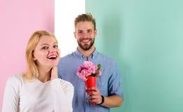 男朋友带来花束花使她惊奇 人准备好在完善的日期 使妇女惊奇的强壮男子喜欢 花束 库存照片
