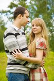 男朋友拥抱女孩英俊俏丽 图库摄影
