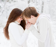 男朋友温暖手甜心,结冰在寒冷 免版税库存照片