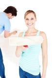 男朋友画笔显示妇女的油漆绘画 免版税图库摄影