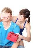 男朋友礼品女孩产生她 免版税库存图片