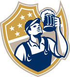 男服务员侍酒者减速火箭的啤酒杯 库存照片