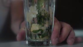 男服务员做一个Mojito鸡尾酒 股票视频
