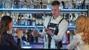 男服务员做与振动器的鸡尾酒 免版税库存照片