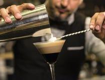 男服务员做鸡尾酒在夜总会 图库摄影