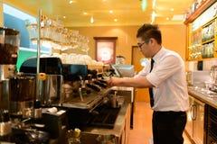 男服务员准备咖啡 库存照片