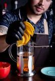男服务员加切的桔子到茶特写镜头 图库摄影