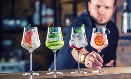 男服务员在准备杜松子酒补剂鸡尾酒drin的客栈或餐馆 免版税库存照片
