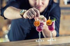 男服务员在准备鸡尾酒饮料的客栈或餐馆 免版税图库摄影