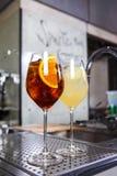 男服务员在工作,准备鸡尾酒 关于服务的概念和饮料在厨房里餐馆 图库摄影