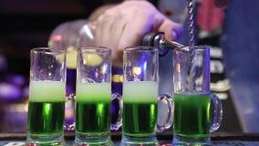 男服务员在酒吧或餐馆准备在酒吧的一个绿色墨西哥鸡尾酒 夜生活,俱乐部生活 股票录像