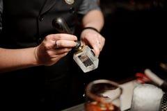 男服务员在酒吧的冰块做一个版本记录 库存照片