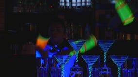 男服务员展示 两个男服务员玩杂耍瓶和烧杯混合的 关闭 影视素材