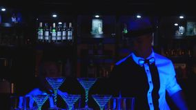 男服务员展示 两个男服务员玩杂耍瓶和烧杯混合的 关闭 股票录像