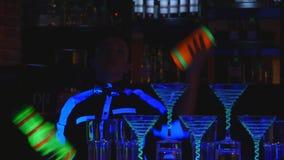 男服务员展示 两个男服务员玩杂耍瓶和烧杯混合的 关闭 股票视频