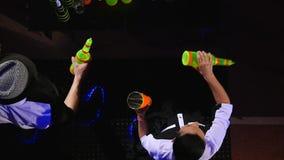 男服务员展示 两个男服务员玩杂耍瓶和烧杯混合的 慢的行动 顶视图 股票视频