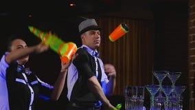 男服务员展示 两个男服务员玩杂耍瓶和烧杯混合的 慢的行动 影视素材