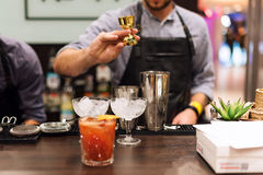 男服务员展示 侍酒者做鸡尾酒在夜总会 免版税库存照片