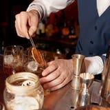 男服务员工作在酒吧柜台 免版税库存照片