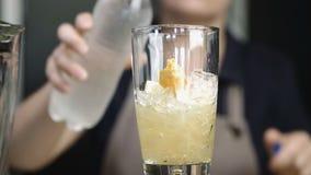男服务员或侍酒者准备柠檬水非酒精饮料 股票视频