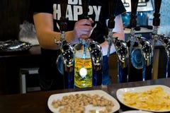 男服务员服务桶装啤酒在客栈 免版税库存照片