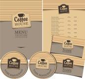 男服务员热奶咖啡咖啡馆准备 免版税库存照片