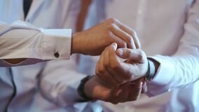 男服在他的胳膊的一块手表 股票录像