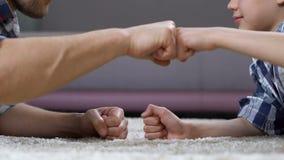 男生和父亲猛击的拳头,强的连接,家庭通信 股票录像