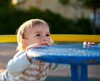 男婴儿童游戏在操场区域 免版税库存照片