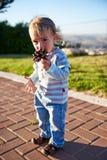 男婴儿童游戏在操场区域 库存图片
