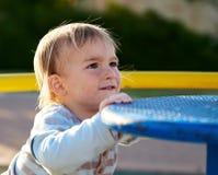 男婴儿童游戏在操场区域 库存照片