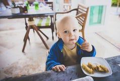 男婴吃早餐在一种手段在墨西哥 库存图片