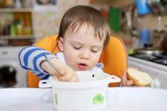 男婴吃晚餐 免版税库存图片