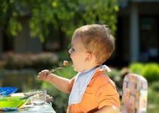 男婴吃 库存照片