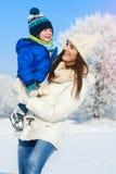 男婴和母亲画象在冬日 免版税库存照片