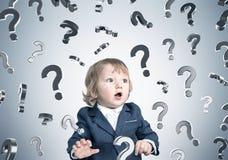 男婴和问号在灰色墙壁上 免版税库存照片