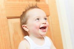 2男婴咧嘴笑的愉快的孩子老微笑的年 孩子微笑着 免版税库存图片